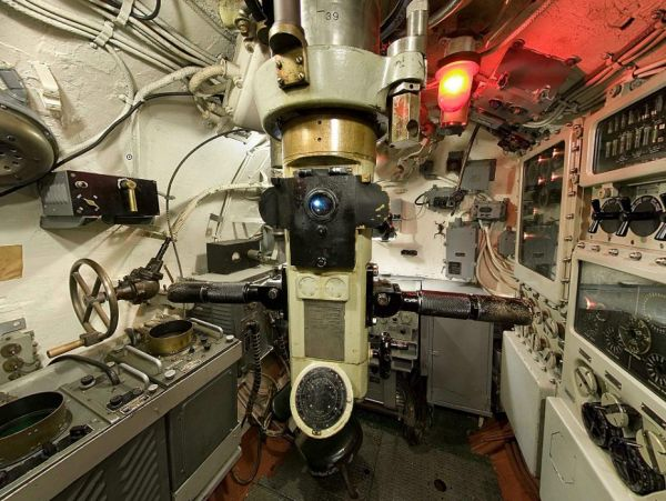 Range finder dials of the periscope 91KA40T/1.414HA (Type II) in the conning tower of USS Pampanito