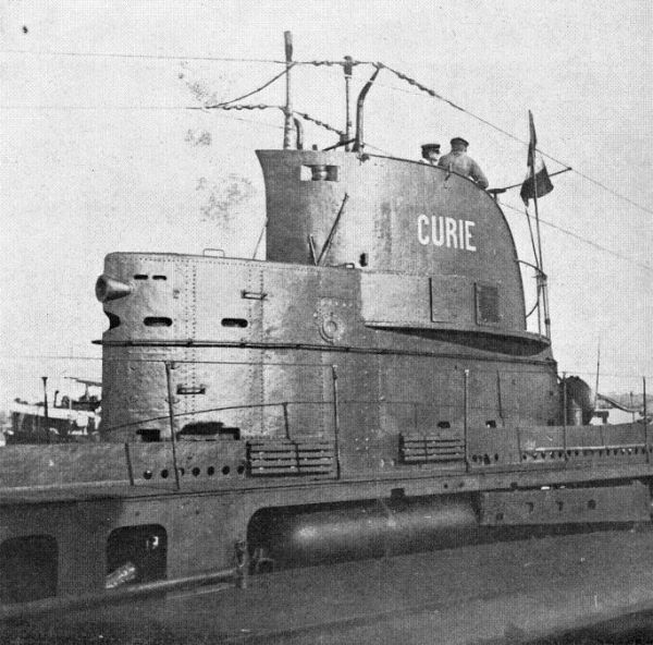 The conning tower of French submarine Curie (Brumaire class) with visible Drzewiecki torpedo launchers