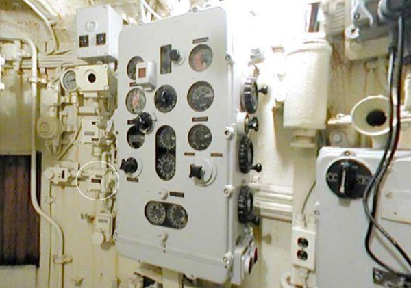 Kalkulator torpedowy w kiosku U 505 (typ IXC) (orientacja pionowa, brak zintegrowanego przełącznika śledzenia celu, który jest widoczny jako oddzielny komponent z lewej strony kalkulatora)