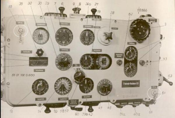 Kalkulator torpedowy dla U-Bootów typu VIIC z widocznymi gniazdami przeznaczonymi do osuszania wnętrza na płycie czołowej