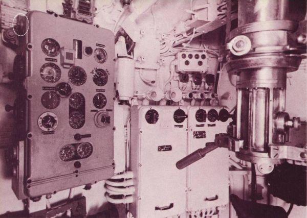 Kalkulator torpedowy w kiosku U 505 z widocznym gniazdem przeznaczonym do osuszania wnętrza na lewej ściance