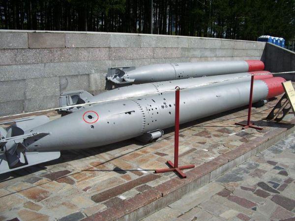 Torpeda parogazowa 53-51 na ekspozycji w Muzeum Wielkiej Wojny Ojczyźnianej w Mińsku, z widocznymi czterema wypustami nastawczymi mechanizmu manewrowego